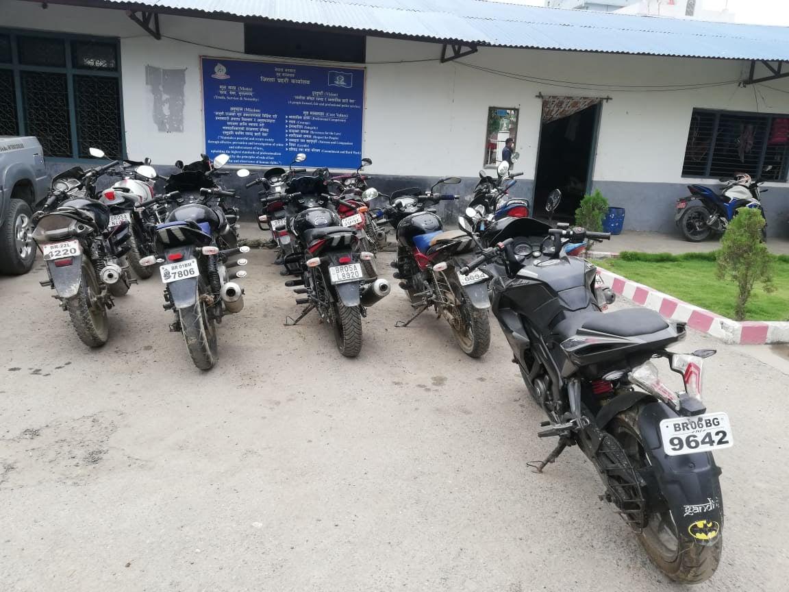 अवैध रुपमा भित्रिएका भारतीय नम्बर प्लेटका १९ मोटरसाइकल बरामद