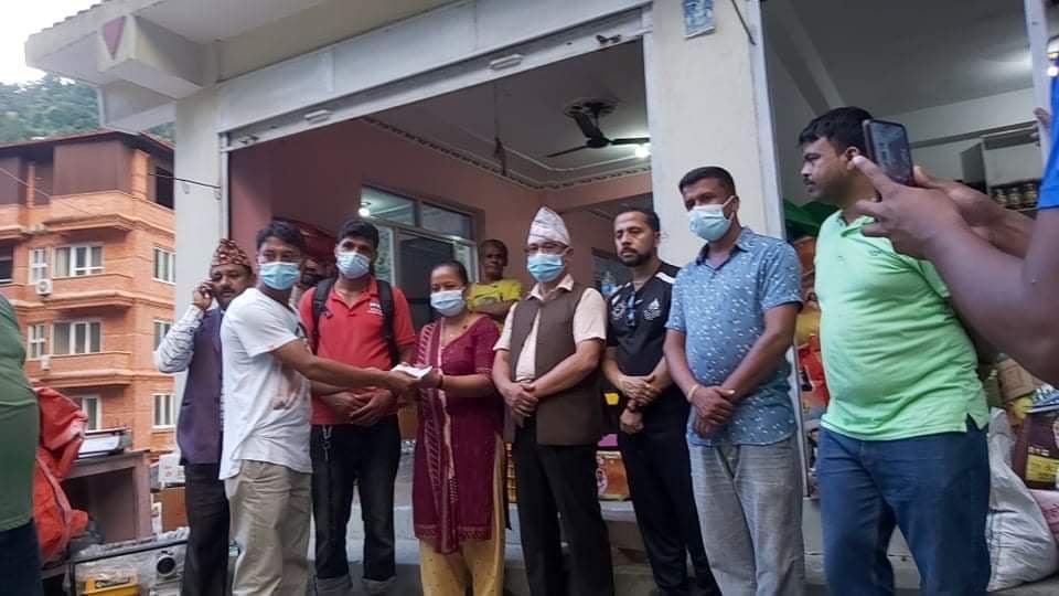 हेलम्बु मेलम्चीका बाढी पहिरो पीडितलाई नेपाली काङ्ग्रेसका नेताहरुको सहयोग